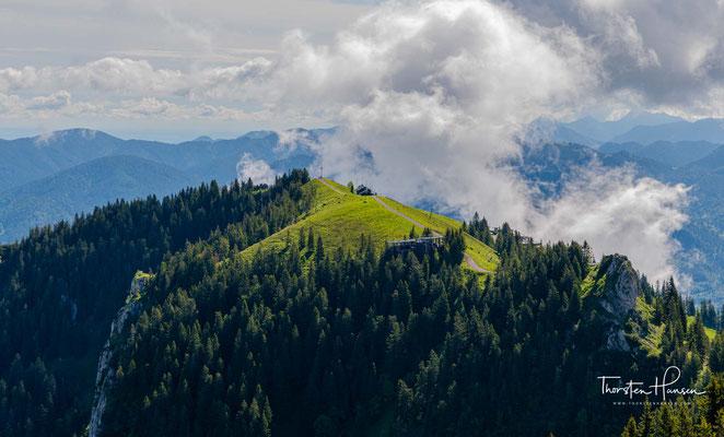 """Früher hieß die Benediktenwand """"Kirchstein"""". Heute heißen so zwei Berge zwischen dem Brauneck und der Benediktenwand."""