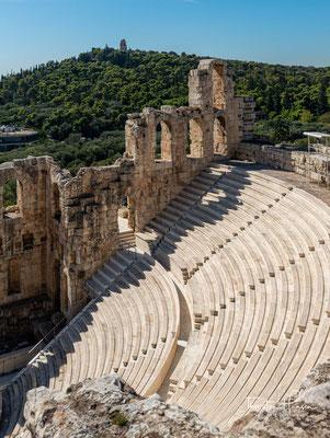 Im Gegensatz zum benachbarten größeren und als Ruine erhaltenen Dionysostheater ist das Odeon ein Theater nach römischer und nicht nach griechischer Bauart
