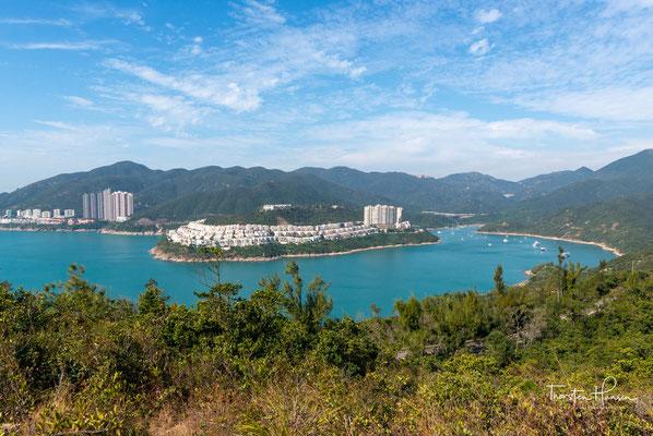 """Weniger die Assoziation mit bewaldeten Berghängen, blauem Meer und weißen Sandstränden. Dabei findet sich rund um Hong Kong wunderschöne Natur, die du beinahe """"ungestört"""" genießen kannst."""