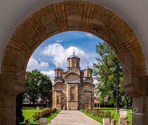 Das Kloster Gračanica ist ein der Entschlafung der Gottesmutter gewidmetes serbisch-orthodoxes Kloster im Kosovo, das vom serbischen König Uroš II. Milutin 1321 gegründet wurde.
