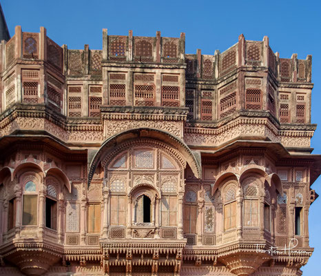 Die Zimmer in dem Palast sind sehr schön dekoriert sowie ausgemalt und haben sehr feine Gitterfenster aus rotem Sandstein. Vollständig ist man von rotem Sandstein umgeben, der in feinsten Details geschnitzt ist