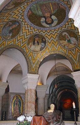 Marienfigur in der Krypta der Kirche