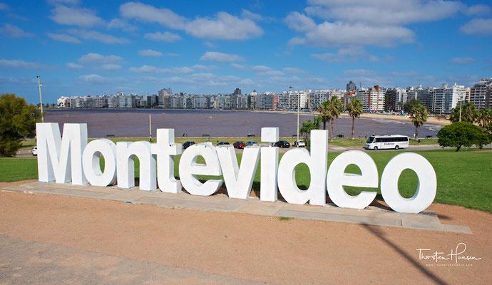 Montevideo Zeichen an der Rambla am Playa Pocitos