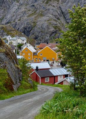 Das Dorf Nusfjord ist über einen historischen Fischerweg mit dem Ort Nesland verbunden. Dieser wird heute als Wanderweg benutzt und ist mit einem roten T markiert.