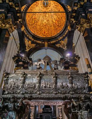 Im Mittelpunkt des Hauptschiffes steht das Mausoleum des Heiligen Bischofs Stanislaus, des Schutzpatrons Polens. Er lebte von 1035 bis 1079 und wird in Folge eines eskalierenden Streits im König Boleslav II. getötet