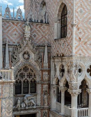 An der Westfront des Dogenpalastes liegt die Porta della Carta, ein Eingangsportal zum umfangreichen Gebäudekomplex des alten Palastes und war für die Bürger der Stadt nicht zugänglich.