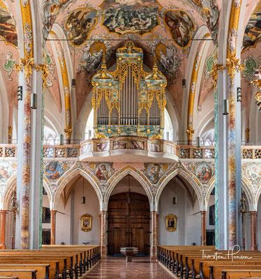 Weil dabei das Gebäude nicht nach Süden hin erweitert werden konnte und der alte Chorraum im Kern beibehalten wurde, erscheint das Presbyterium heute abgeknickt.