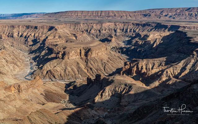 Es türmte sich ein mächtiges Gebirge auf, welches durch Abtragungsprozesse vor ca. 650 Millionen Jahren nur noch eine eingeebnete Fläche war, die vom Meer überflutet wurde.