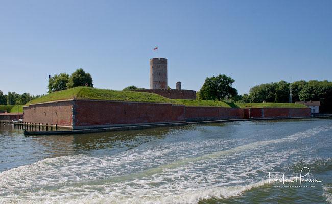 Die Festung Weichselmünde liegt in der historischen Landschaft Westpreußen, an der Danziger Bucht, nordöstlich von Danzig, unweit der Westerplatte im Norden.