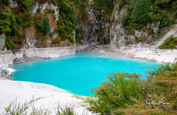 Der Inferno Crater entstand 1889 durch einen Ausbruch an der Seite des Mount Hazard. Der See im Inferno Crater besitzt eine kräftig türkisblaue Farbe.