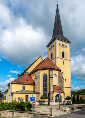 Die römisch-katholische Pfarrkirche St. Emmeram in der oberpfälzischen Stadt Windischeschenbach