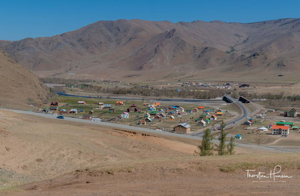 Im Süden des Parkes liegt das Dorf Terenj, das durch eine asphaltierte Straße an die Hauptstadt Ulaanbaatar angeschlossen ist.