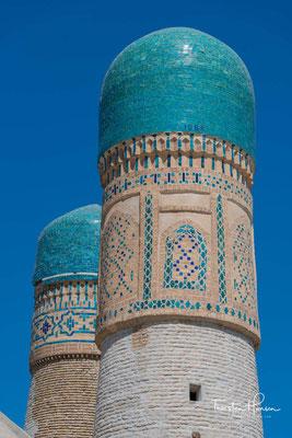 Chor Minor war ursprünglich Teil einer Madrasa, die 1807 durch Xalfa Niyozqul, einen reichen turkmenischen Kaufmann errichtet worden sein soll. Die Madrasa war 92 Meter lang und 40 Meter breit.