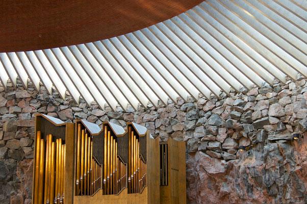 Die Kirche wurde von den Architekten (und Gebrüdern) Timo und Tuomo Suomalainen geplant und 1969 fertiggestellt. Sie wurde in einen Granitfels hineingebaut, durch das Kupferdach mit 180 Fenstern kommt jedoch Tageslicht herein. Die fünf bis acht Meter hohe