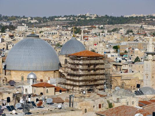 Außenansicht von Südosten: große graue Kuppel über dem Grab (Rotunde), kleine graue Kuppel über dem Katholikon
