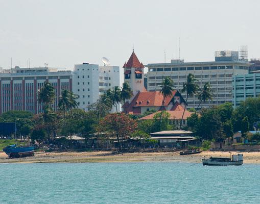 Blick auf die Azania Front und die lutherische Kirche und dem Hafen in Daressalam