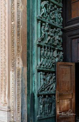 Rechts vom Hauptportal geht es weiter mit Schilderungen mittelalterlicher Kämpfe Mailands gegen das Heilige Römische Reich