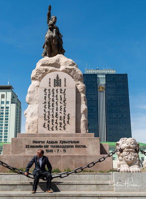 In Mitten des Platzes befindet sich eine Statue von Sukhbaatar, sitzend auf seinem Pferd. Die Worte, die er während seiner Ansprache äußerte, stehen unten dran: