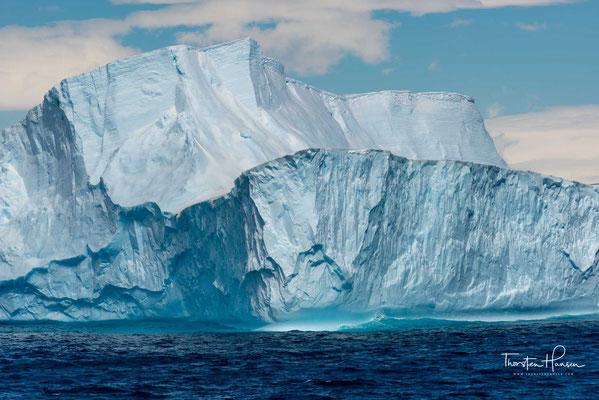 Im Allgemeinen entstehen sie dadurch, dass große Stücke eines Gletschers oder des Schelfeises abbrechen; die Gletscher kalben