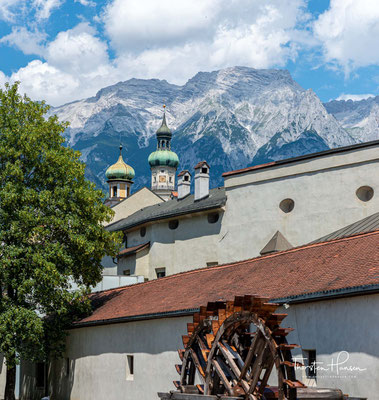 Die Stadtgeschichte von Hall in Tirol beginnt im Jahre 1256 mit der erstmals urkundlichen Erwähnung.