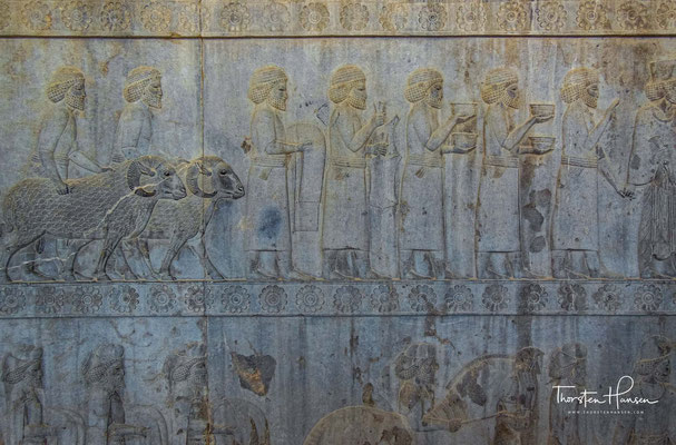 Relief mit Abbildungen der Assyrer mit ihren typischen Faltengewändern