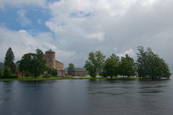 Olavinlinna (schwed. Olofsborg, dt. Olafsburg, früher Nyslott) ist eine mittelalterliche Burg. Sie befindet sich in der finnischen Stadt Savonlinna. Heute gilt sie als die am besten erhaltene Mittelalterburg in Nordeuropa.[1]
