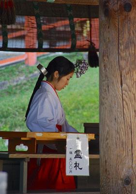 Shinto Priesterin im Kasuga-Taisha Schrein in Nara