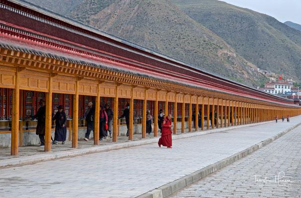 Gebetsmühlen-Umgang am Kloster Labrang