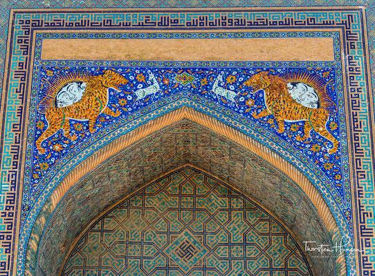 Die türkis glitzernden Kuppeln der Medresen, die himmel- und grünblau leuchtenden Mosaike, die gelb und schwarz glänzenden Seidenkleider der Frauen und der Geruch von Koriander, der über dem Markt liegt, lassen den Platz märchenhaft erscheinen
