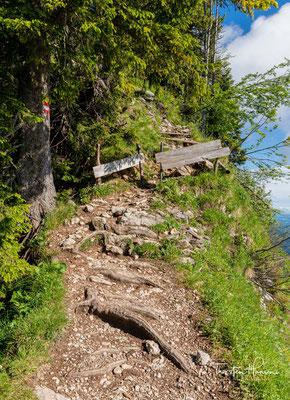 Ein kurzer, steiler und steiniger Aufstieg entlang der Hangkante