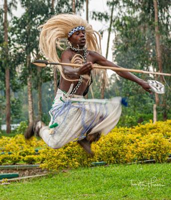 """Von da an zeigte die Armee, die ihren Heldentaten vorher nur durch epische Poesie in einer Zeremonie namens """"Kuvuga Amacumu"""" - """"über Speere sprechen"""" -, ausdrückte, in Form des Intore Tanzes"""