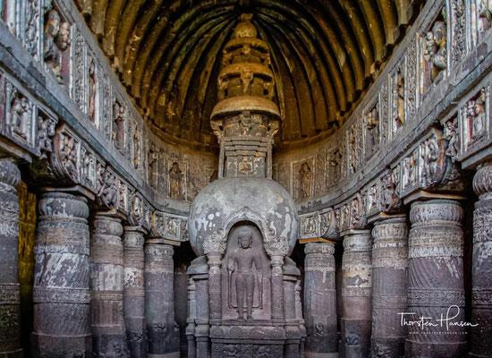 Höhle Nr. 19 ist eine Chaityahalle. Auch die Felswände, die vor der Fassade eine Art Vorhof bilden, sind reich skulptiert. Im Inneren sind die Kapitelle und der Architrav mit Reliefs geschmück