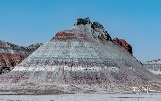 The Tepees – wegen ihrer Kegelform an Tipis der Prärie-Indianer erinnernde Felsformationen. An ihnen sind sehr gut die einzelnen Gesteinsschichten des Blue-Mesa-Member erkennbar.