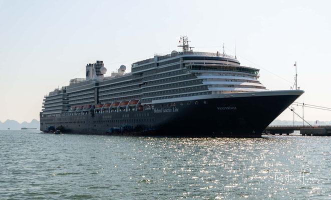 Das Schiff verfügt über mehrere Restaurants, Lounges, Bars, ein Theater, eine Bibliothek samt Internetcafé, eine Disco sowie ein Casino.