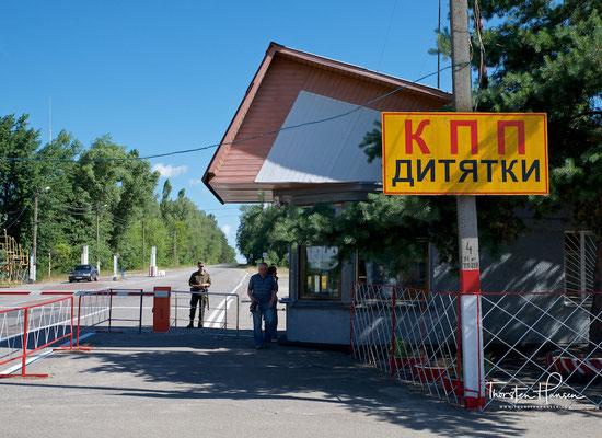 """Eingang zur Sperrzone von Tschernobyl - Checkpoint """"Dytjatky"""" in die 30-km-Zone"""