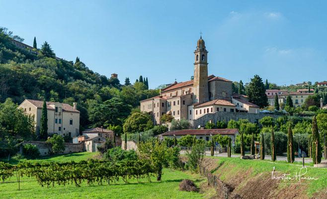Ansicht des unteren Ortskerns von Arquà Petrarca mit der Kirche Santa Maria Assunta