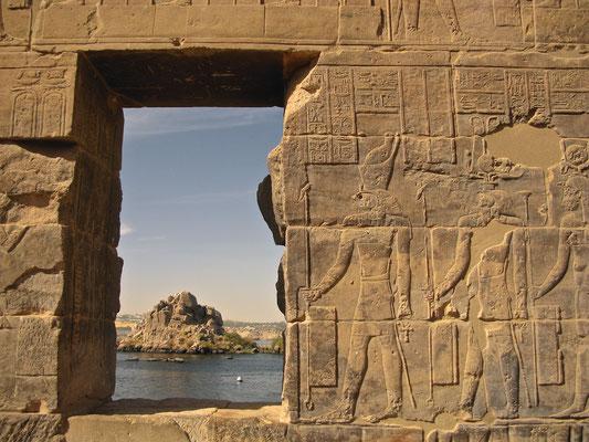 Steingravuren mit Blick auf den Nil
