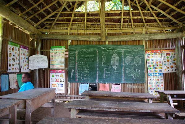Schule im Dorf Aibom