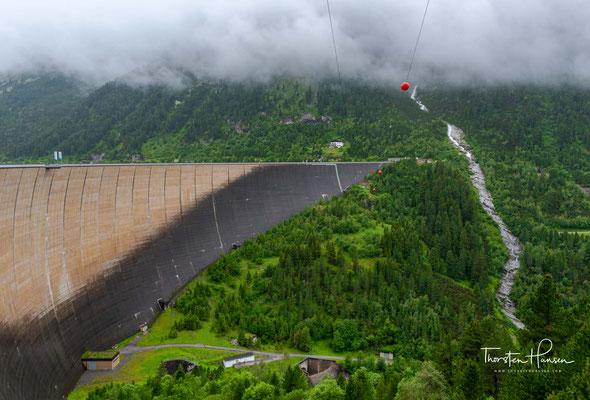 1965 begannen die Arbeiten am Bau des Schlegeisspeichers und 1970 wurde das Wasserkraftwerk dann von den Tauernkraftwerken AG in Betrieb genommen.