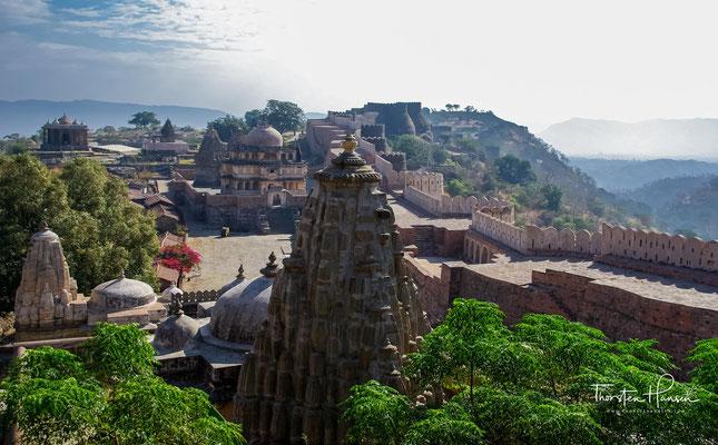 Jaina-Siegesturm 'Kirti-Stambha' (13. Jh.) und Mahavira-Tempel (14. Jh.); die Kuppel über der Vorhalle (mandapa) des Tempels entstammt dem 16. Jh.