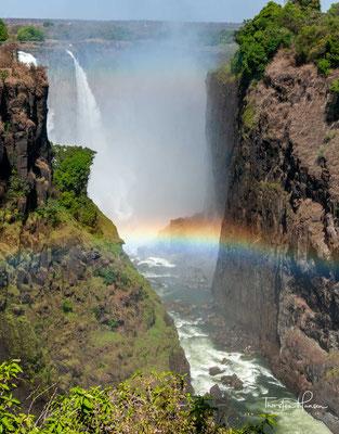 """Tief beeindruckt beschrieb er den Wasserfall als """"das schönste, das er in Afrika je zu Gesicht bekam"""", und nannte ihn Victoria Falls, zu Ehren der damaligen britischen Königin Victoria."""