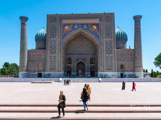 Der Platz besteht aus dem einmalig schönen Ensemble der drei Medresen Ulug Beg, Shir-Dor und Tillja Kari.