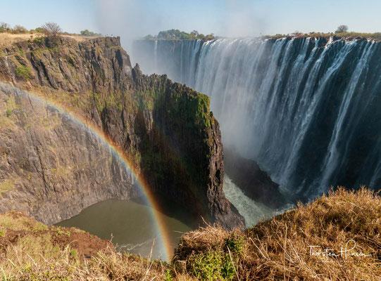 Die Viktoriafälle sind ein UNESCO Weltnaturerbe und bilden eine natürliche Grenze zwischen Simbabwe und Sambia.
