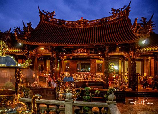 Zu dieser Zeit befand sich die offizielle Regierung der Provinz Taiwan in Hsinchu und nicht in Taipeh, wobei der Longshan-Tempel als Amtssitz in Taipeh fungierte.