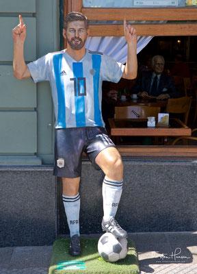Messi vor dem Cafe La Biela