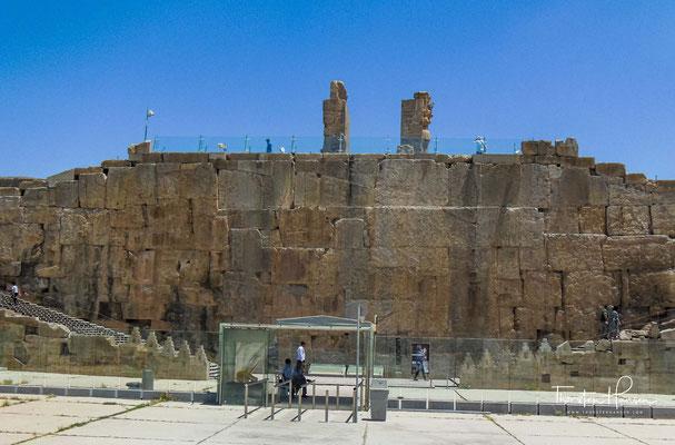 """Man betritt das Areal beim """"Tor aller Länder"""", einem monumentalen Steinbau, der  mit gigantischen  Skulpturen dekoriert ist:"""
