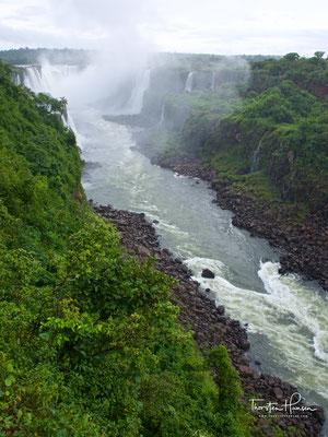 275 Wasserfälle donnern einen 3 km breiten Abgrund hinab