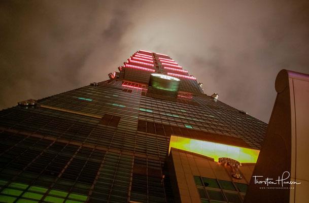 Der Taipei 101 war der höchste Wolkenkratzer der Welt (ohne Antennen oder Masten), bis er Anfang 2007 vom Rohbau des Burj Khalifa abgelöst wurde, der Anfang 2009 seine endgültige Höhe von 828 Metern erreichte