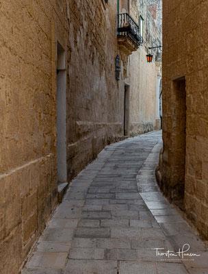 Um sie besser verteidigen zu können, verkleinerten sie den Befestigungsgürtel auf das Stadtgebiet von Mdina. Eine abermalige Verstärkung erfuhr die Stadtmauer während der Zeit der normannischen Herrschaft im 12. Jahrhundert.