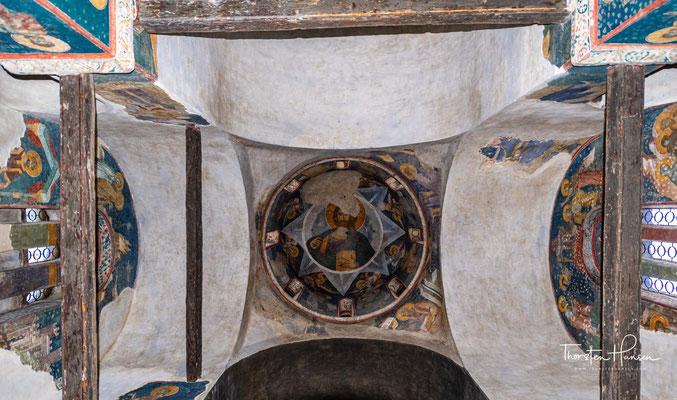 Ein Teil der Fresken wurde dabei durch Hitze und Feuer zerstört, die komplette Inneneinrichtung demoliert, sowie Teile der Konstruktion durch das Feuer beschädigt